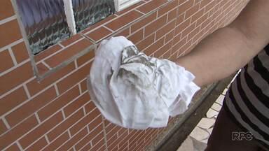 Moradores de um bairro de Guarapuava, reclamam de fuligem que sai de insdústrias - As donas de casa precisam limpar móveis e o chão da casa várias vezes no dia.