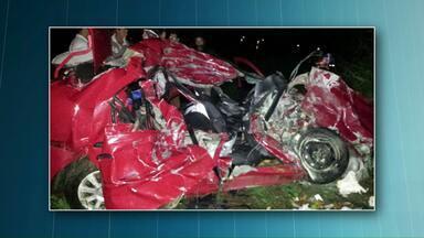 Corpos das vítimas do acidente na BR-163 em Lindoeste são levados para Chapecó - As três pessoas morreram ao bater em um caminhão.