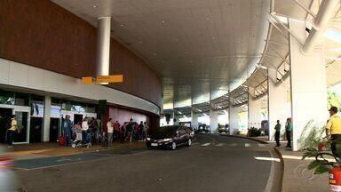 Motoristas da Uber entram na Justiça para ter direito de buscar passageiros no aeroporto - Liminar autoriza que apenas um deles faça esse tipo de transporte no Aeroporto Zumbi dos Palmares.