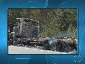 Caminhão carregado com chapas de aço pega fogo em Joaquim Felício - Em Ribeirão das Neves, irmãos são presos com armas.
