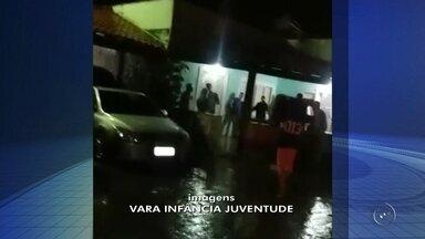 Menores são flagrados em festa com drogas e bebidas alcoólicas em Rio Preto - Mais de 50 menores foram flagrados numa festa em Rio Preto (SP) onde tinha drogas e todo tipo de bebida alcóolica. Agentes da Vara da Infância e Juventude chegaram ao local depois de receber uma denúncia.
