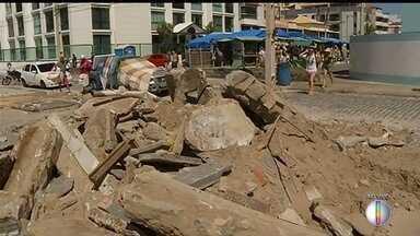 Banhistas dividem areia com entulho de quiosques que foram desmontados na Prainha - Confira a seguir.