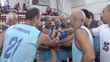 Santos sedia campeonato de vôlei master - Competição ocorre no Clube Internacional de Regatas.