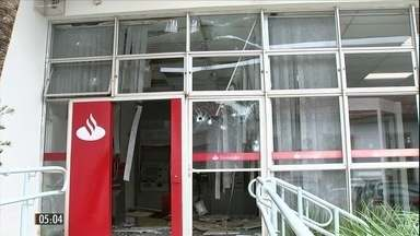 Bandidos explodem agências bancárias de cidade em SP - Os ladrões também assaltaram um posto de combustíveis e ainda atiraram nos policiais na ação em Pilar do Sul.