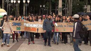 Grupo do Programa Jovem Aprendiz faz manifestação no centro de Curitiba - O programa já colocou no mercado de trabalho mais de 700 mil jovens.