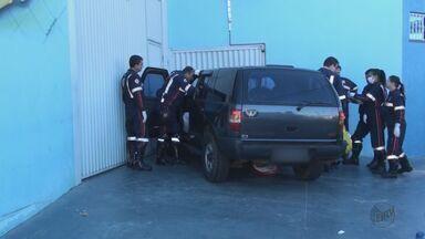 Homem de 65 anos morre em São Carlos, SP, após sofrer mal súbito e bater carro - Veículo do idoso derrubou poste e colidiu com portão de funilaria.