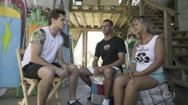 Klebber Toledo conhece projeto de surf com pranchas ecológicas - O ator viaja até Santa Catarina para fazer trabalho voluntário