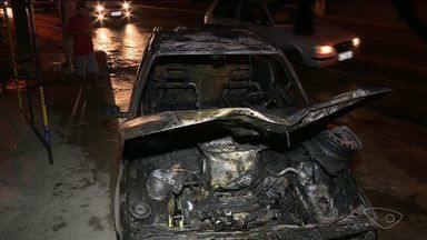 Carro pega fogo no meio de avenida de Cachoeiro de Itapemirim, ES - Dentro do veículo estavam pai e filho, que conseguiram sair sem ferimentos. Trânsito ficou congestionado na Avenida Aristides Campos.