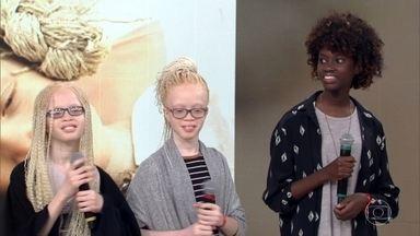 Gêmeas albinas fazem sucesso no mundo fashion - As meninas foram descobertas no projeto 'Flores Raras', que discute a diversidade. Lara e Mara têm 12 anos e trabalham como modelos ao lado da irmã mais velha, Sheila, de 14
