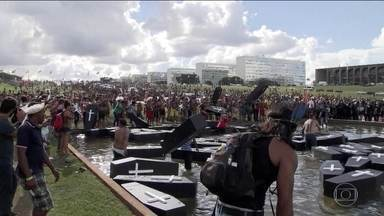 Índios protestam em Brasília contra projeto sobre demarcação de terras - Eles jogaram caixões no espelho d'água em frente ao Congresso.