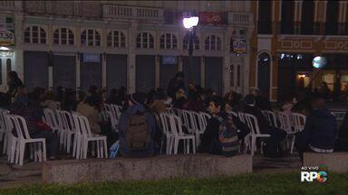 Filmes são exibidos ao ar livre em Curitiba - A programação é na praça Generoso Marques.