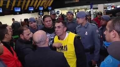 Polícia Militar impede manifestação dentro do Aeroporto de Congonhas - Passageiros não encontram problemas para embarcar no Aeroporto de Congonhas, São Paulo. A Polícia Militar dispersou manifestantes que estavam dentro do aeroporto.