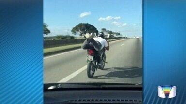 Motociclista é flagrado deitado pilotando moto na Dutra - Outros motoristas que trafegavam pela rodovia ficaram assustados com a manobra.