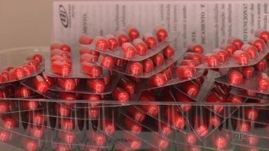 Farmácia da UEL passa a fornecer medicamento de graça para pacientes do SUS - A farmácia escola da UEL já está oferecendo o mesmo serviço das farmácias das unidades básicas de saúde (UBS) de Londrina. Para isso, o paciente deve apresentar receita médica.