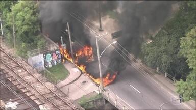 Criminosos incendeiam veículos em importantes vias de acesso ao RJ - A manhã foi de medo e muita confusão. A ação foi uma resposta dos criminosos a uma operação policial.