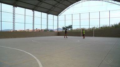 Moradores reclamam de situação de quadra de esportes em Colatina, no ES - Eles falam que local está mal acabado.