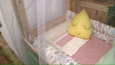 Família de Cascavel monta casa com móveis feitos por ela mesma - Até o berço da pequena Arabela foi feito com madeiras de reaproveitamento. A palavra de ordem é sustentabilidade, com estilo.