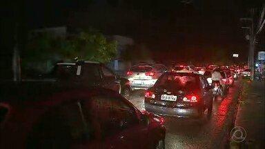 Bandidos roubam fios e avenida movimentada de João Pessoa fica no escuro - Motoristas e pedestres sofrem com escuridão e também com a chuva forte.