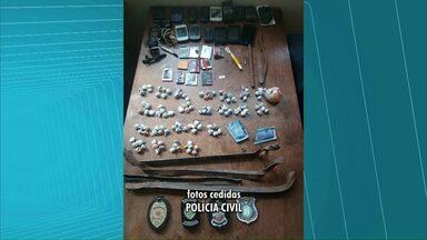 Polícia faz revista em cadeia de Irati depois de descobrir esquema de entrega de drogas - Celulares e maconha foram encontrados. No domingo, policiais descobriram que uma ambulância da prefeitura levava droga para os presos.