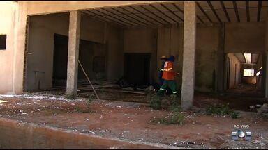 Moradores cobram conclusão de obra de unidade de saúde no Residencial Itaipu, em Goiânia - Eles dizem que unidade começou a ser construída em 2015, mas nunca foi finalizada.