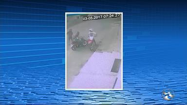 Mulher com criança tem moto roubada em Santa Cruz do Capibaribe - Câmeras de segurança registraram a ação de bandidos.