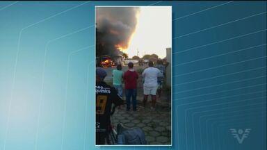 Ônibus municipal é destruído por incêndio em Itanhaém - Segundo os bombeiros, não há indícios de que o incidente tenha sido criminoso. Perícia deverá determinar as causas do fogo.