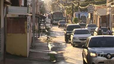 Moradores bloqueiam trecho da Rua 24 de outubro para atentar sobre situação da via - Os moradores do bairro Aldeia alegam que as condições da via, que já eram ruins, pioraram depois que trânsito ficou intenso no local, após a interdição de parte da Avenida Tapajós.