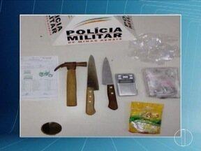 Adolescente foi apreendido em Buritizeiro suspeito de envolvimento no tráfico de drogas - Ele foi encaminhado a delegacia junto com os materiais apreendidos.