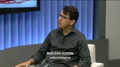 Quadro Saúde fala sobre hipoglicemia - Médico endocrinologista, Marciênio Oliveira, fala sobre os sintomas e tratamento da hipoglicemia.