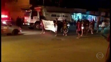 Jovem de 16 anos morre por bala perdida na Baixada - Moradores fizeram manifestação
