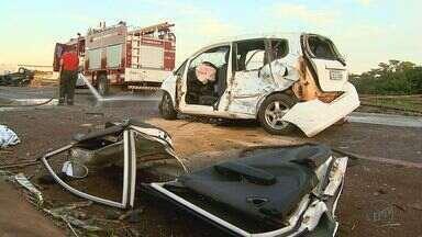 Acidente em rodovia entre Ribeirão Preto e Sertãozinho mata duas pessoas - Colisão envolvendo três carros aconteceu na tarde desta quinta-feira (4).