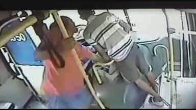 Homem é preso em flagrante após assaltar ônibus em Campinas (SP) - Polícia Militar já monitoravam onda de assaltos em linhas da cidade; em um dos assaltos, dois homens renderam o motorista e levaram o dinheiro que estava com ele.