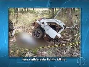 Motorista morre em acidente que destruiu carro na MGC-496, em Várzea da Palma - Condutor perdeu o controle da direção do veículo, atravessou a pista e bateu em duas árvores; motor foi arrancado com batida.