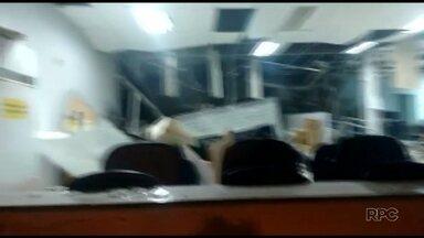 Bandidos explodem agência bancária em Cruz Machado - Crime foi na madrugada desta quinta-feira. Os assaltantes atiraram contra o destacamento da Polícia Militar.