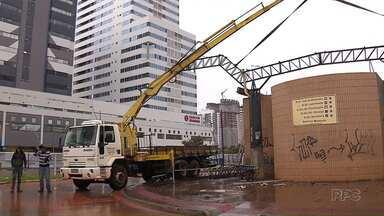 Mesmo com a chuva terminal continua sendo demolido em Maringá - Os pontos foram transferidos para a praça Raposo Tavares