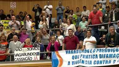 Moradores protestam contra vereador de Londrina - Vereador gravou vídeo xingando grevistas