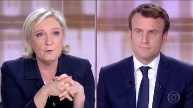 Procuradoria de Paris investiga circulação de notícias falsas - Às vésperas da eleição, Macron e Le Pen trocam acusações em debate. Chamada de fascista, Marine Le Pen quase foi atingida por um ovo.