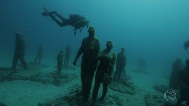"""Na costa africana, Karina Oliani visita museu submarino com 300 esculturas - Médica apaixonada pela aventura mergulha na Ilha de Lanzarote, que faz parte dos arquipélagos das Canárias e é conhecida como """"a ilha dos vulcões""""."""