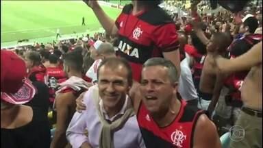 Técnico do Vasco, Milton Mendes assiste ao Fla-Flu no meio da torcida do Flamengo - Treinador acompanhou a decisão do Campeonato Carioca entre os torcedores.