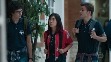 Juca pede que Tina faça as pazes com Lica - O rapaz quer se aproximar de outras meninas e contava com as novas amizades de Tina