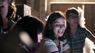 Keyla mostra para Lica, Benê, Ellen e Tina o galpão de Roney - As meninas ficam impressionadas ao conhecer o local e decidem começar a limpeza para preparar o evento