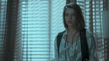 Cibele pede para que seu retorno seja mantido em segredo - Dantas e Shirley a recebem em casa