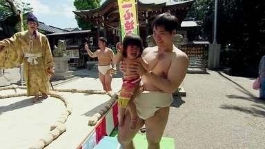 No Japão, centenas de famílias se reúnem e vibram com bebês chorando - Festival do Choro acontece na cidade de Yokohama, no templo de Shitodomaekawa, e apresenta às crianças rituais que formam o país.