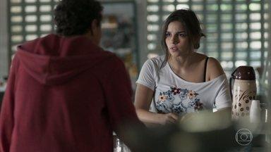 Keyla tenta fazer as pazes com Tato - O rapaz pede explicações para a filha de Roney