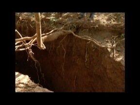 Especialistas visitam cratera aberta na zona rural de Montes Claros e analisam riscos - Geóloga e espeleologista foram até o local nesta segunda-feira (15); profissionais afirmam que buraco é uma caverna comum na região.