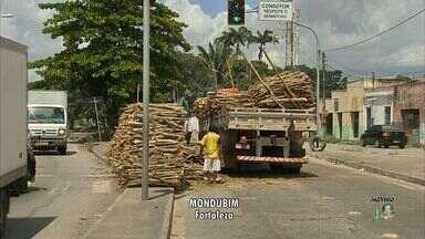 Caminhão com carga tomba e bloqueia avenida no Mondubim - Carga de madeira ficou jogada na avenida.