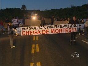 Moradores bloqueiam RS 135 pedindo sinalização em Passo Fundo, RS - Atropelamento de jovem na semana passada gerou revolta na comunidade