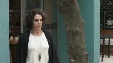 Marta observa Malu saindo da escola - Ela faz uma ligação e marca um encontro