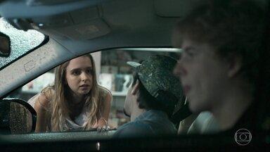 Felipe e MB convencem Clara a ir para a festa - Clara aceita ir ao evento, mas diz que não quer demorar muito