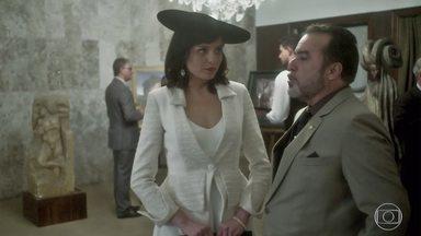 Vade Retro - Sexto episódio, na íntegra - Um padre tenta benzer Celeste. A advogada vai a um leilão de artes com Abel. Ela se diverte a ponto de querer 'enfiar o pé na jaca'.